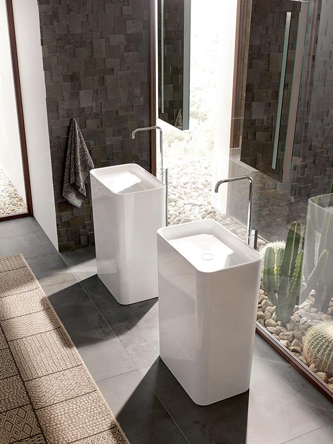 Umývadlo dominantou priestoru. Samostatne stojace umývadlo Monolith zo série BetteArt značky Bette povznesie kúpeľňu na novú úroveň. Napriek svojej pomerne robustnej konštrukcii pôsobí jemne asúčasne veľmi elegantne. Je vyrobené zkvalitnej smaltovanej ocele avyznačuje sa veľmi úzkymi okrajmi. Doplniť ho možno vaňou zrovnakej kolekcie.