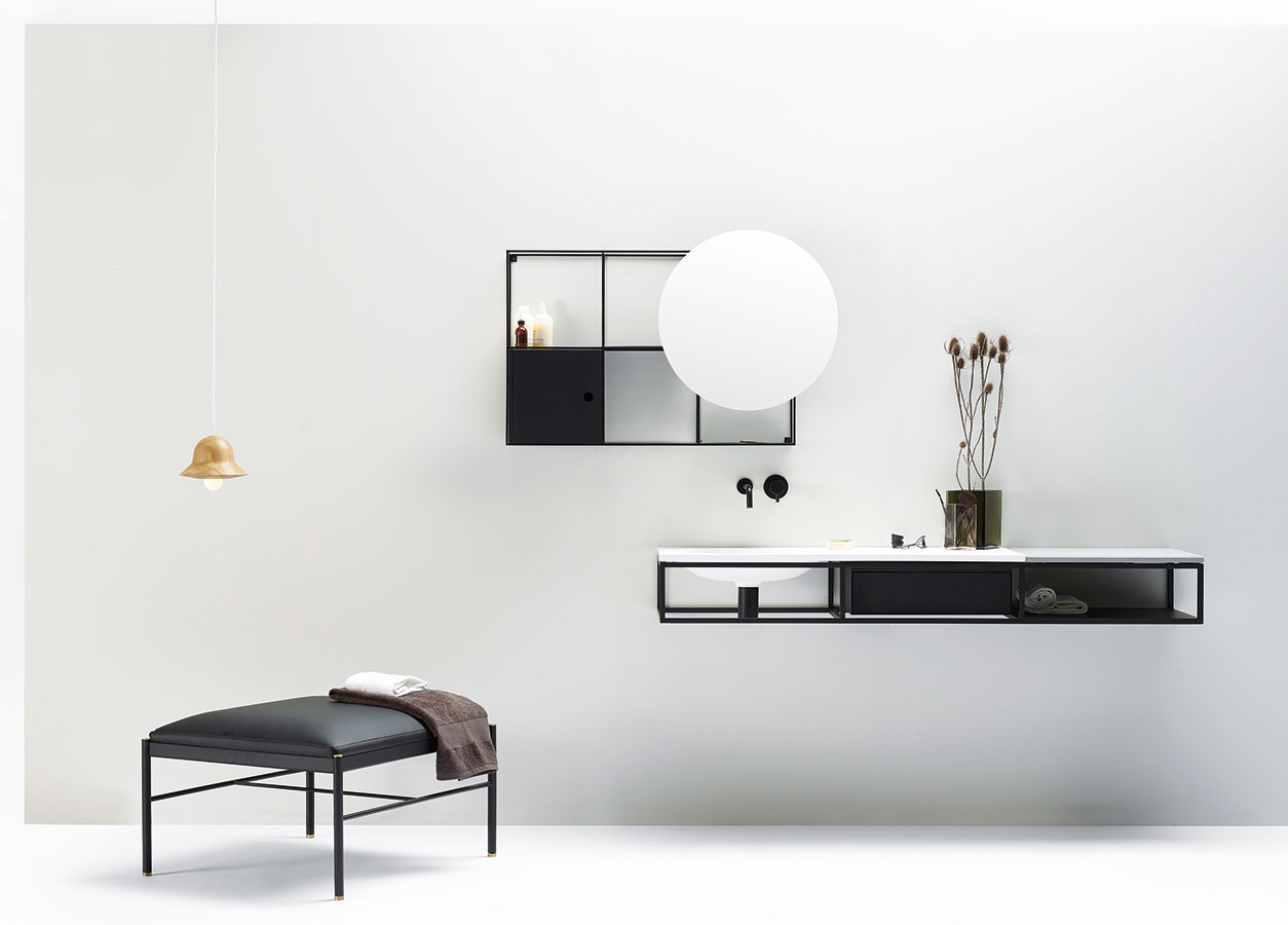 Variabilný minimalizmus. Modulárny minimalisticky stvárnený systém kúpeľňových konzol anábytku Frame navrhli pre značku ex.t dizajnéri zo štúdia Norm Architects. Flexibilnú oceľovú konštrukciu pozostávajúcu zviacerých čiernych rámov možno ľubovoľne prispôsobiť – je navrhnutá tak, aby sa mohlo použiť umývadlo alebo doska zrôznych materiálov. Zostavu možno doplniť zásuvkou iskrinkou.