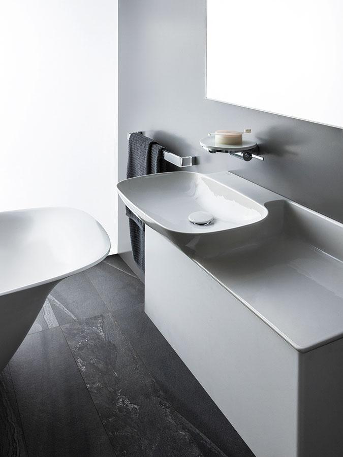 S odkladacou plochou. Novinkou v sortimente spoločnosti Laufen je aj elegantná kolekcia Ino, ktorá vznikla pod taktovkou dizajnéra Toana Nguyena. Je vyrobená z materiálu SaphirKeramik, vyznačuje sa jednoduchými líniami a mäkkými extrémne stabilnými stenami. Klenotom kolekcie je umývadlo s odkladacou plochu, ktoré možno doplniť skrinkou. (Predáva ProCeram, www.proceram.sk.)