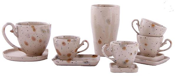 Biela kuchyňa, minimalistické zariadenie a nádherný keramický servis navrchu toho všetkého. Aj to je náš tip, ako prakticky využívať umenie doma. Kolekciu One-off a kind od si.li. nájdete na www.siliceramics.com.