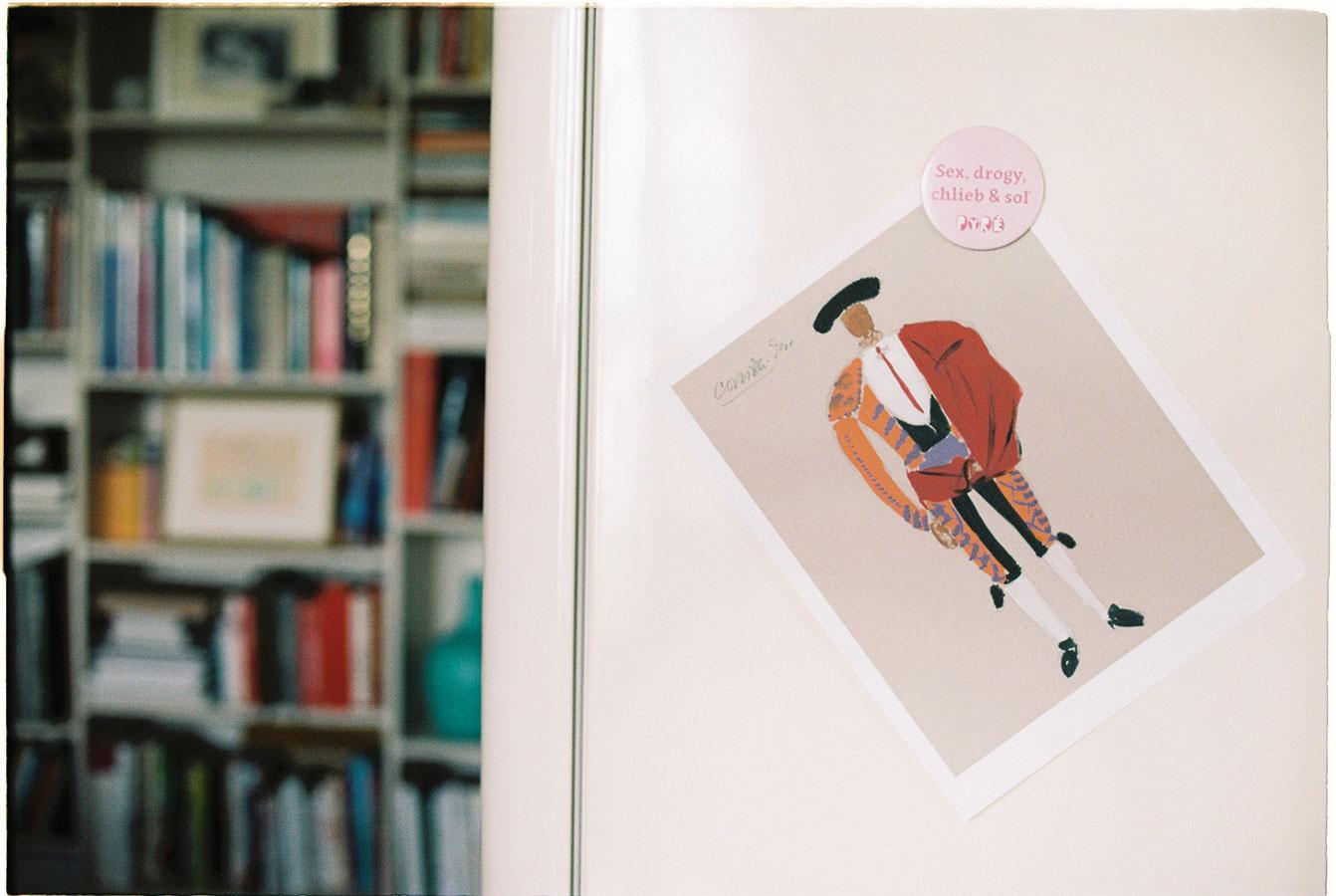 Pohľadnice alebo drobné výtlačky umeleckých diel nájdu miesto pokojne aj na chladničke. Dielo Návrh na kostým toreadora od Eugena Nevana je dostupné na www.webumenia.sk.
