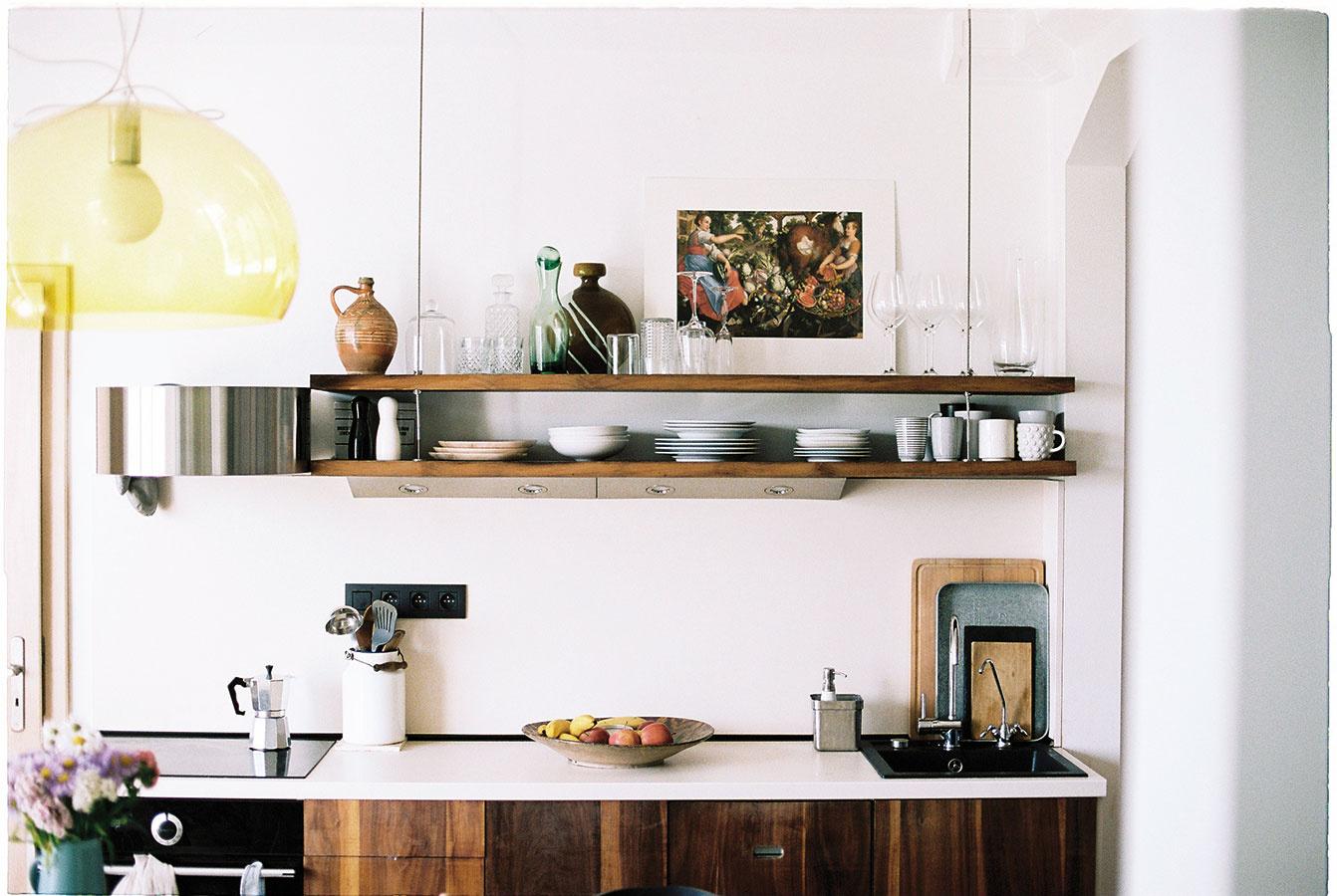 Tematicky. Vtipný spôsob, ako doplniť trebárs prázdne steny vkuchyni, môže byť voľba prvkov spodobnou témou. Reprodukciu Ženy so zeleninou aovocím od Joachima Beuckelaera je možné objednať na www.webumenia.sk.