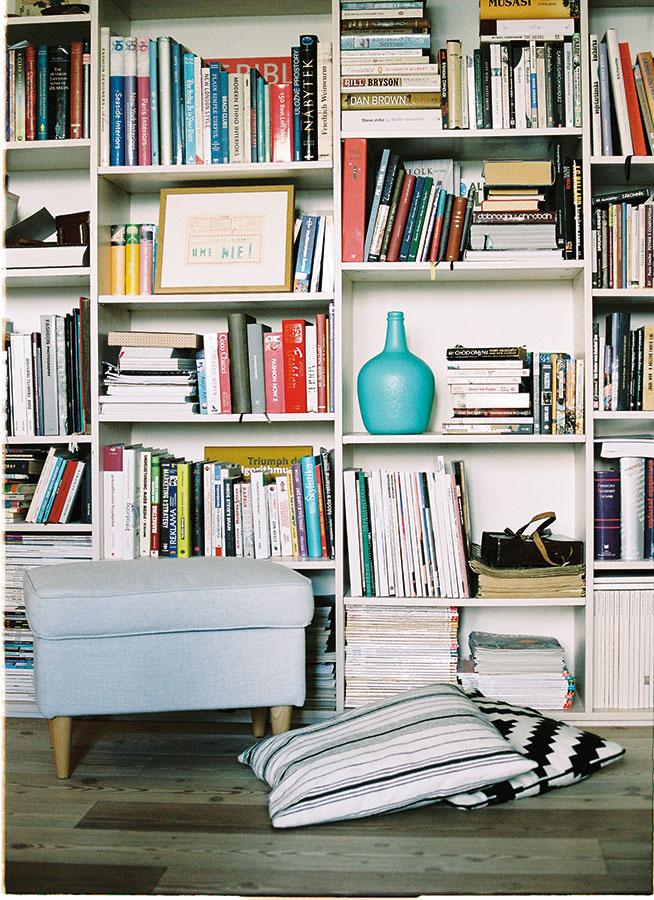Knižnice nemusia byť len plné kníh. Práve na takýchto policiach je vždy priestor na sochy, objekty či drobné rámiky.