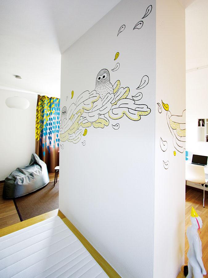 Steny v detskej izbe môžu byť nielen plochou pre obrazy, ale aj plátnom. Šikovný ilustrátor alebo maliar môže pomôcť s jej premenou na umelecké dielo. Autorkou tejto je Alica Kucharovič.