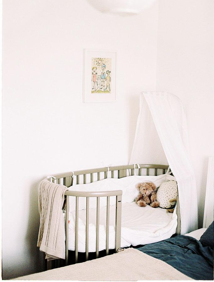 Priestor pre bábätko vrámci spálne oveľa vernejšie zapadne do kontextu, ak bude čímsi vymedzený. Jednoduchý obrázok silustráciou od Jozefa Čapka povie viac ako prečačkané postieľky.Objednať si ju môžete na www.webumenia.sk.