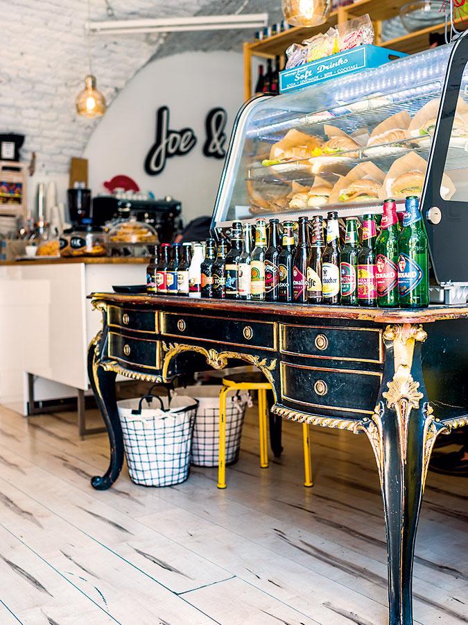 """Starožitný stôl si majiteľ priviezol zLondýna, kde vminulosti študoval apred otvorením Joe & Valery ho mal umiestnený vo svojom ateliéri. """"Je to moja láska, precestoval som sním kus sveta,"""" vyznáva sa Nikolo."""