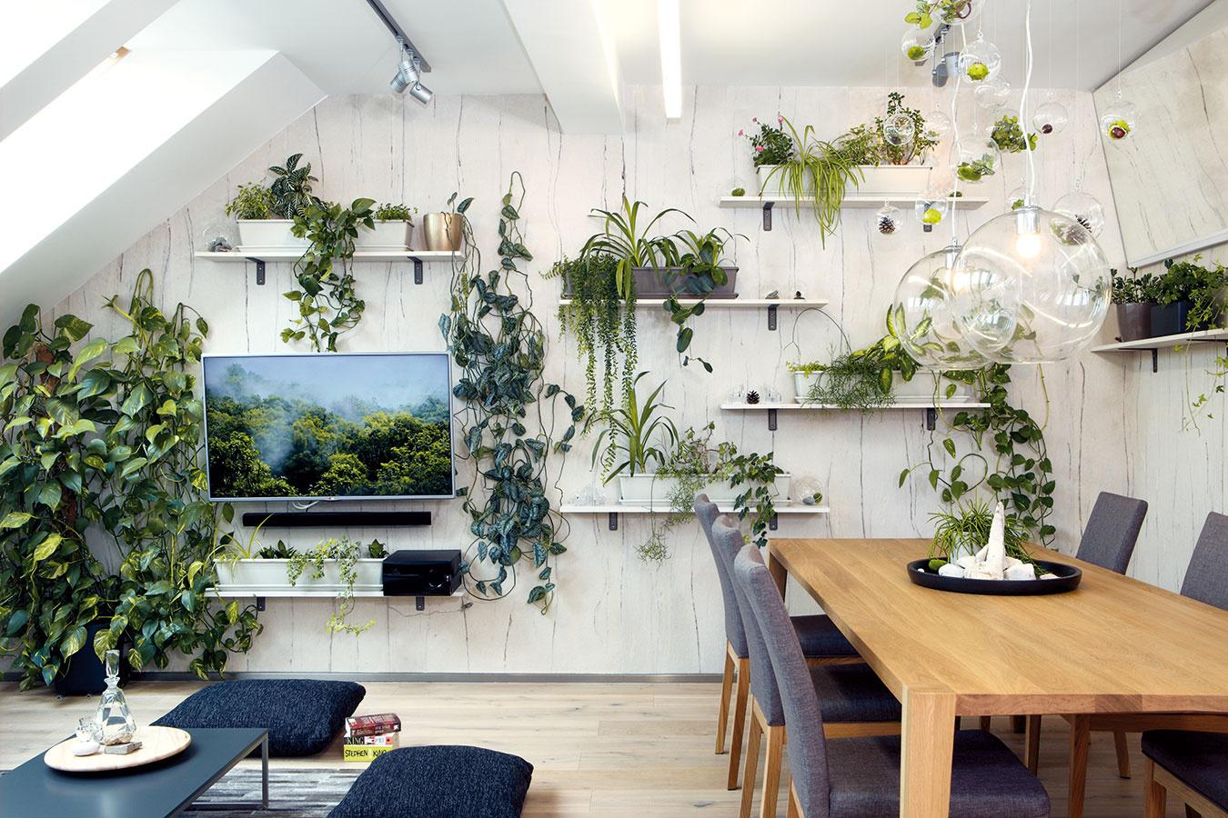 Rôzne polohy sivej prestupujú celou otvorenou obývačkou – vstudených tónoch je napríklad sedačka akoberec, vteplých zasa čalúnenie jedálenských stoličiek.
