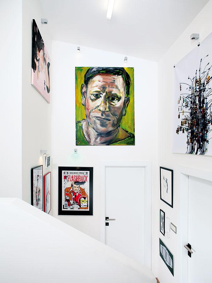 """Obrazy sú tu výrazným interiérotvorným prvkom. """"Asi najzaujímavejší je portrét od Lubomíra Typlta aHeadless Princess Daniela Krejbicha. Veľa obrazov pochádza zdielne mojej matky Lenky Landovej amáme aj viacero autorských tlačí zlimitovaných edícií,"""" sprevádza dizajnérka schodiskom, ktoré domáci premenili na malú galériu."""