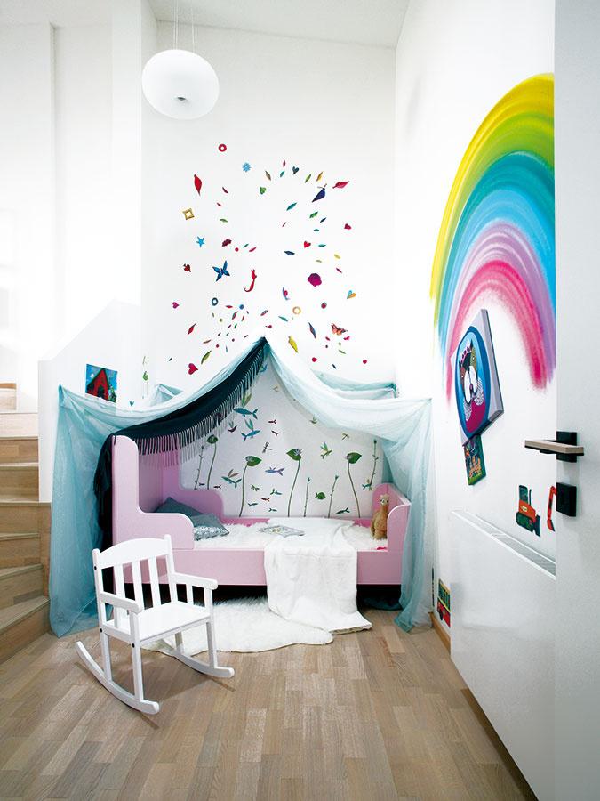 Detská izba má dve úrovne – dolu je miesto na spanie, hore nad schodmi má malá Doris priestor na hranie aj na hračky.