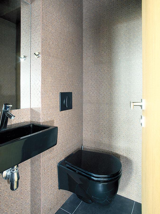 """""""Plechové steny"""" na toalete sú vskutočnosti zvinylových dielcov. """"Cena za realizáciu aj praktickosť takéhoto obkladu stien je ideálna avzhľad je takmer na nerozoznanie od skutočného plechu,"""" prezrádza autorka nápadu."""