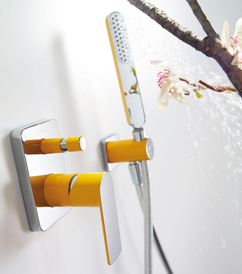 S novu energiou. Podomietková sprchová súprava s ručnou a hlavovou sprchou z kolekcie Loft Colors od značky Tres zaujme svojimi jemnými líniami a výraznou farebnosťou, ktorá dopĺňa chrómované prvky. Okrem žltej je v ponuke sedem ďalších farieb, ktoré vnesú do kúpeľne novú energiu. (Predáva www.aquaterm.sk.)