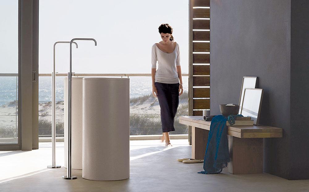 Nielen pri vani. Samostatne stojaca batéria nemusí byť len devízou vaní – svoje miesto si nájde aj pri umývadlách. Zaujímavou možnosťou je napríklad subtílny model FS2 od značky Vola, ktorý je dostupný v rôznych farebných vyhotoveniach. (Predáva Aqua art.)