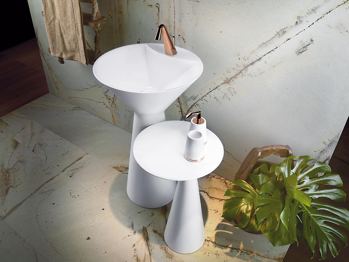 Vo farbe medi. Novinkou v portfóliu značky Gessi sú armatúry Cono, ktoré svojimi čistými proporciami, oblými líniami a netradičným zúžením zaručene povznesú každú kúpeľňu. V ponuke nájdete sedem rôznych povrchových úprav vrátane bielej alebo medenej. (Predáva Kúpeľňové štúdio Marktech, Light Park.)