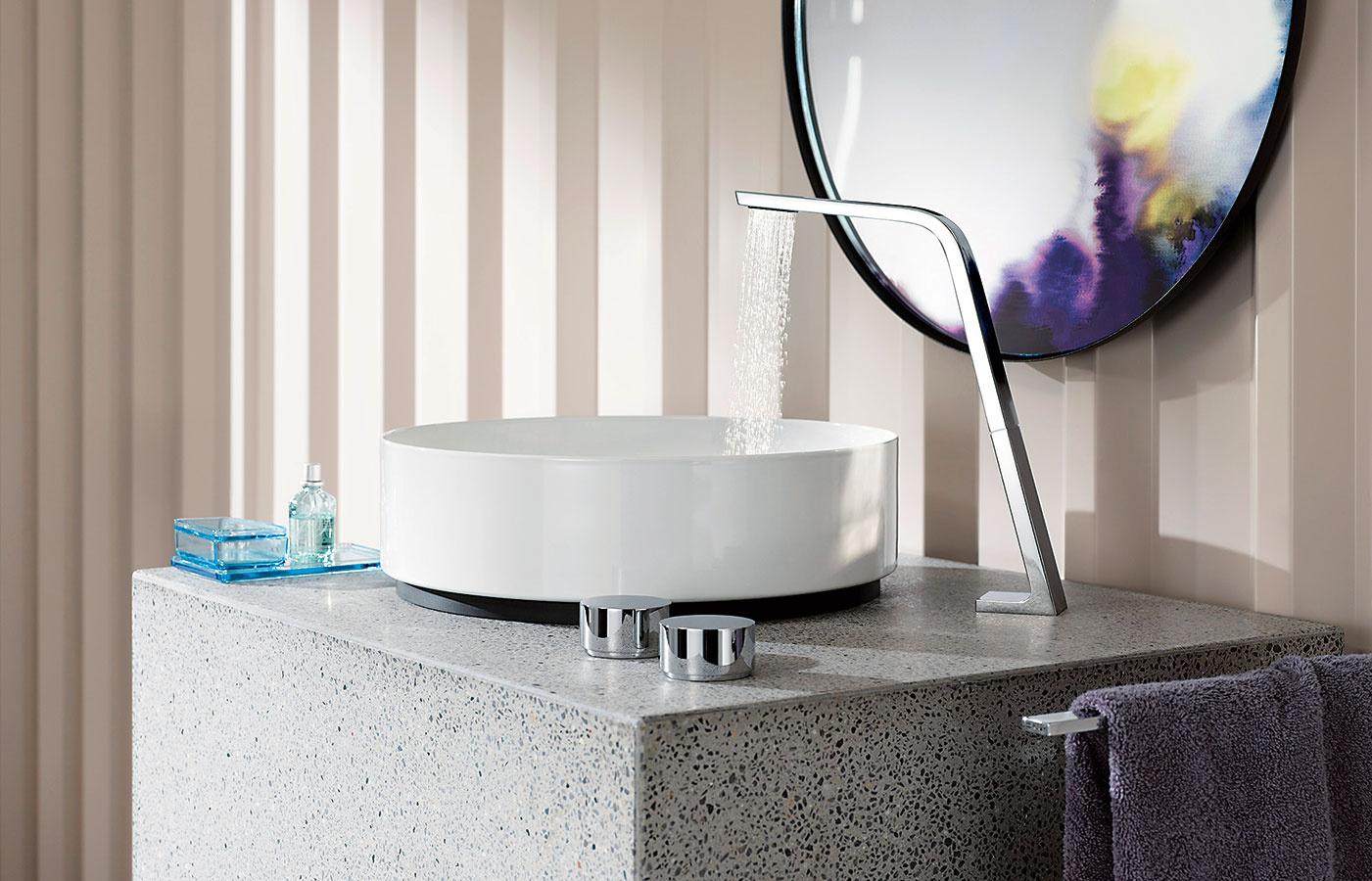 Vznamení minimalizmu. Pre armatúru CL.1 od značky Dornbracht je príznačný kónický, hore vystupujúci výtok akombinácia minimalistických tvrdých amäkkých kontúr. Tok vody pozostáva vprípade umývadlovej batérie zo 40 jemných prúdov, pričom voda sa vďaka technológii Sprayface rozprašuje pri nízkej spotrebe len 3,9 l/min.