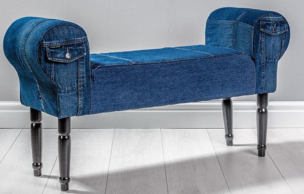 Lavica v džínsovom štýle vyrobená z bukového dreva a čalúnená kvalitnou džínsovinou. Lavice od spoločnosti Sameskin sú originály vyrábané na mieru. (www.sameskin.com)