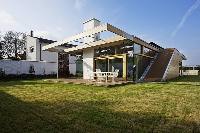 Moderný jednopodlažný dom v Debrecíne posúva tradície do nových rozmerov