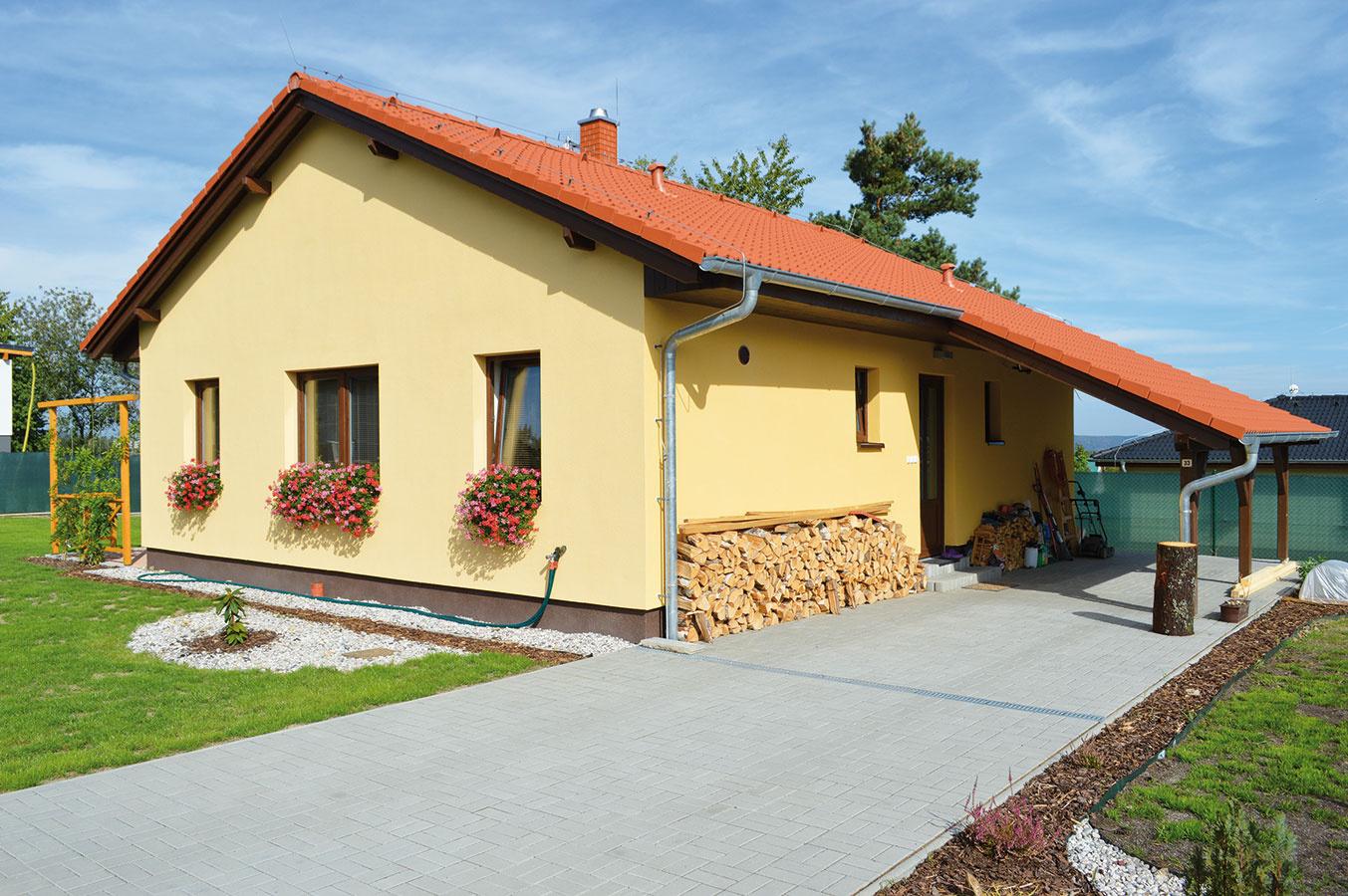 Kpraktickým prvkom prízemného domčeka patrí presah šikmej strechy, ktorý chráni priestor pred vchodom aj časť vydláždeného priedomia pred nepriazňou počasia.