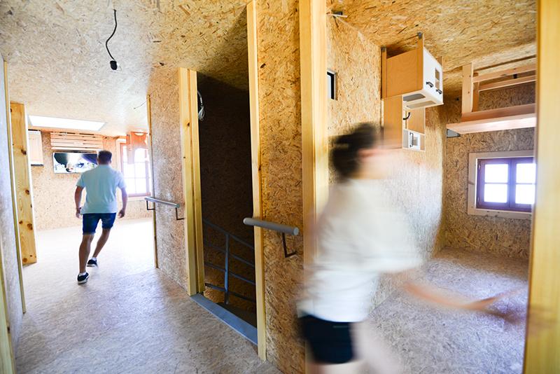 """Dom postavený """"na hlavu"""": Atrakcia alebo pamätník problematického podnikateľského prostredia?"""