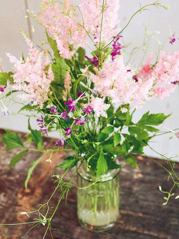 Praktickou vychytávkou pre všetkých, ktorým aranžovanie príliš nejde, sú vázy svrchnákom. Ten obsahuje dierky, do ktorých sa rastliny po jednej nastrkajú. Keďže je váza zčíreho skla apôsobí subtílne, vyberajte skôr jemne pôsobiace vyššie druhy. Stračonôžku (Delphinium) vtomto prípade dopĺňa astilba (Astilbe 'Europa').