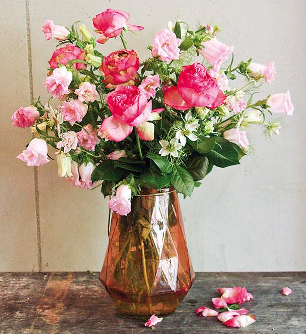 Romantickú kyticu pozostávajúcu zruží (Rosa 'Biedermeier') ačernušky (Nigella) môžete naaranžovať do vázy zfarebného skla. Vítané je, ak má váza zaujímavý tvar asmerom nahor sa zužuje, vďaka čomu kvety ešte viac vyniknú.