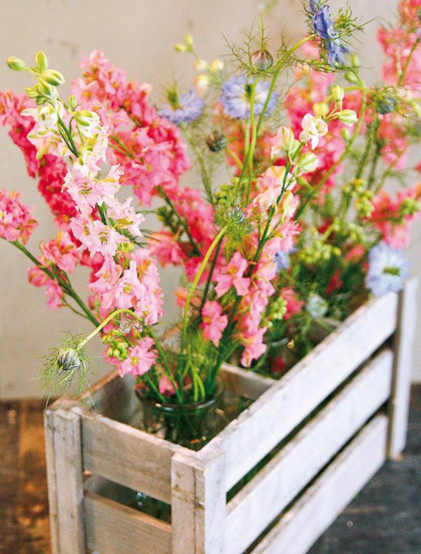 Pekne ukáže aj kombinácia viacerých váz súčasne. Zaujímavou možnosťou je, ak ich navyše umiestnite do drevenej nádoby, vktorej bude každej znich vyhradená jedna priehradka. Kvety vo vázach budú vtomto prípade vyzerať naozaj dobre aj na voľno. Skombinovať môžete napríklad stračonôžku (Delphinium) ačernušku (Nigella).