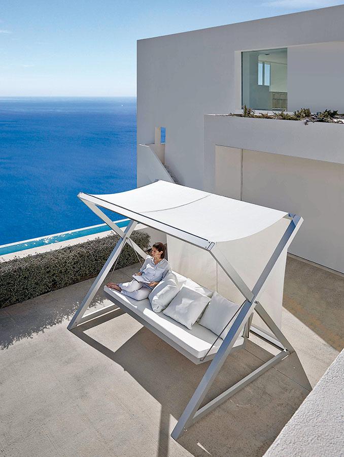 Rýdzi relax. Nao-Nao od značky Gandia Blasco je moderná verzia tradičnej záhradnej hojdačky s tromi sedadlami. Konštrukcia z kvalitného hliníka je dostupná v piatich povrchových úpravách, vankúše sa vyrábajú z nepremokavej tkaniny, ktorá môže mať rôznu štruktúru i farebnosť. (Predáva Triform Factory.)