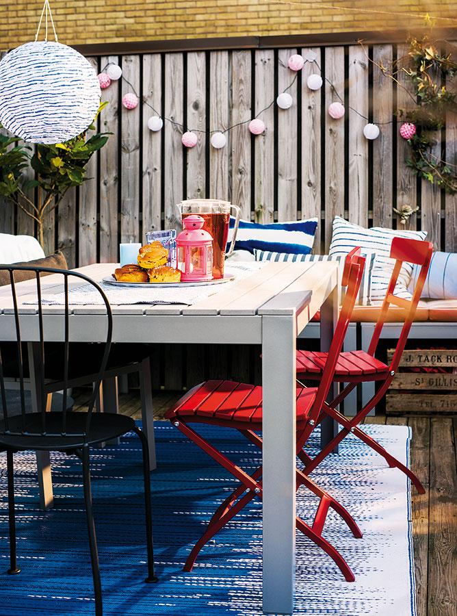 Jedinečnou atmosférou. Svetelné LED reťaze dodajú večerom tráveným na terase či balkóne príjemnú atmosféru. Svetielka môžete dotvoriť rôznymi dekoratívnymi  prvkami, napríklad vzorovanými guľôčkami. Alternatívou sú rôzne solárne riešenia. Pestrú ponuku nájdete napríklad v sortimente obchodného domu IKEA.