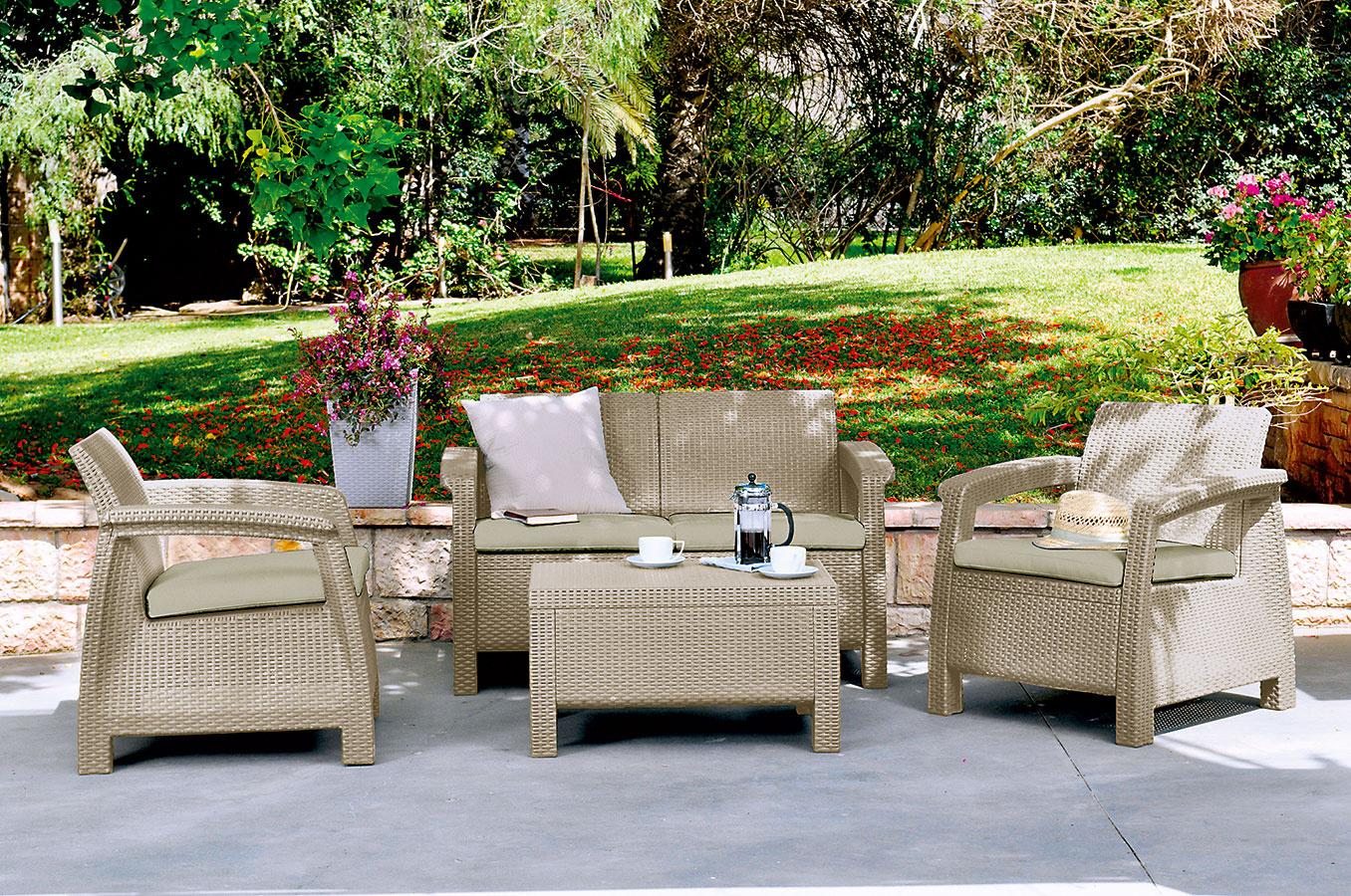 Poludňajšia káva. Súprava záhradného nábytku Corfu z kvalitného umelého ratanu skvelo poslúži, ak si chcete na terase dopriať napríklad šálku kávy. Jej súčasťou je dvojmiestna pohovka, stolík a dve kreslá v jemnom odtieni cappucino sand. V balení nechýbajú podložky pre maximálne pohodlie. (Predáva Hornbach.)