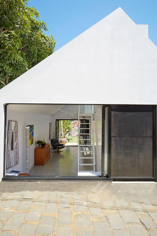 Čo robiť pri malom rozpočte s úzkym domom, ktorý je vtesnaný medzi dva ďalšie pozemky?