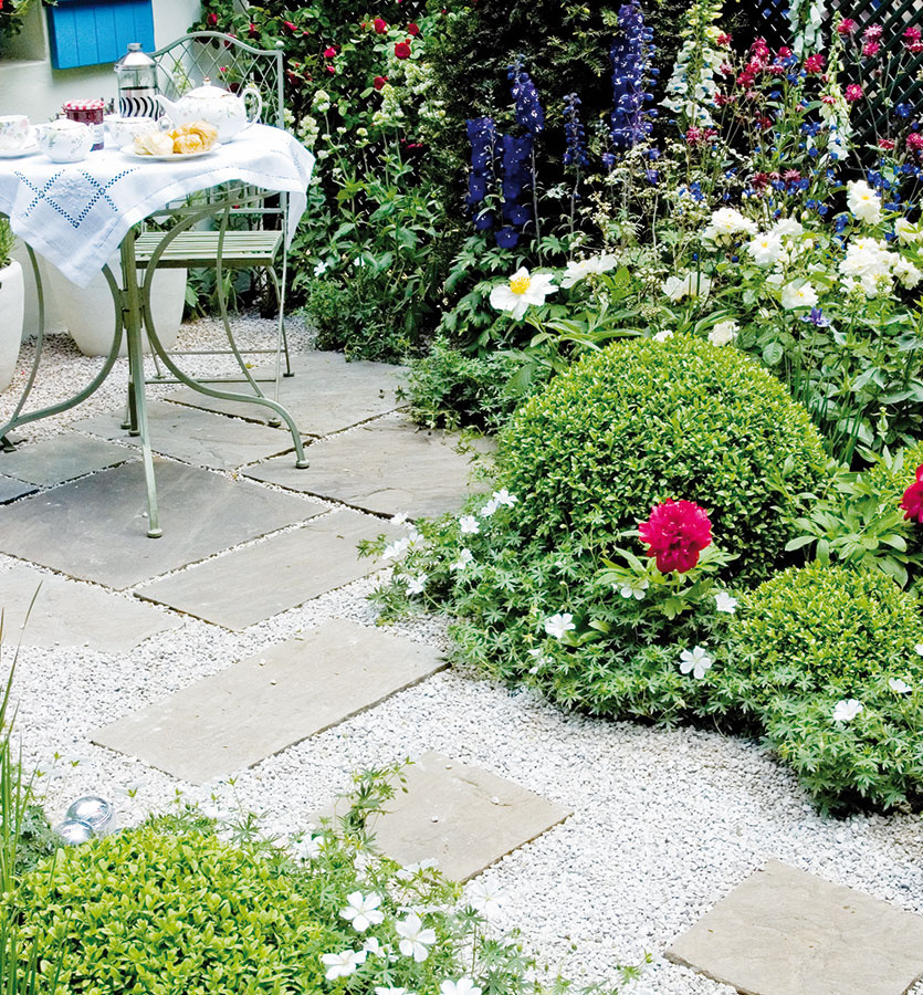 1 Vidiecky šarm Čo sa týka chodníkov, vidiecka záhrada si žiada citlivý prístup. Priveľa vydláždených plôch tu nikdy nebude pôsobiť dobre. Takéto riešenie, keď štrkové chodníky dopĺňa niekoľko dlažobných platní, je však mimoriadne vhodné. Vsusedstve štrkových chodníkov dokonca aj zeleň vynikne oniečo viac.