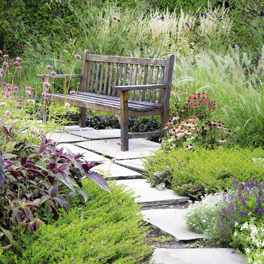 Klavičke  Ak chcete umiestniť do najkrajších záhradných zákutí lavičku, nie je knej potrebné vybudovať betónový chodník. Riskujete, že zákutie celkom stratí svoj šarm ačaro odlúčenosti. Vtakomto prípade sa viac osvedčia kde-tu položené nášľapné platne, zktorých vytvoríte viac-menej provizórnu azároveň menej nápadnú spevnenú plochu.