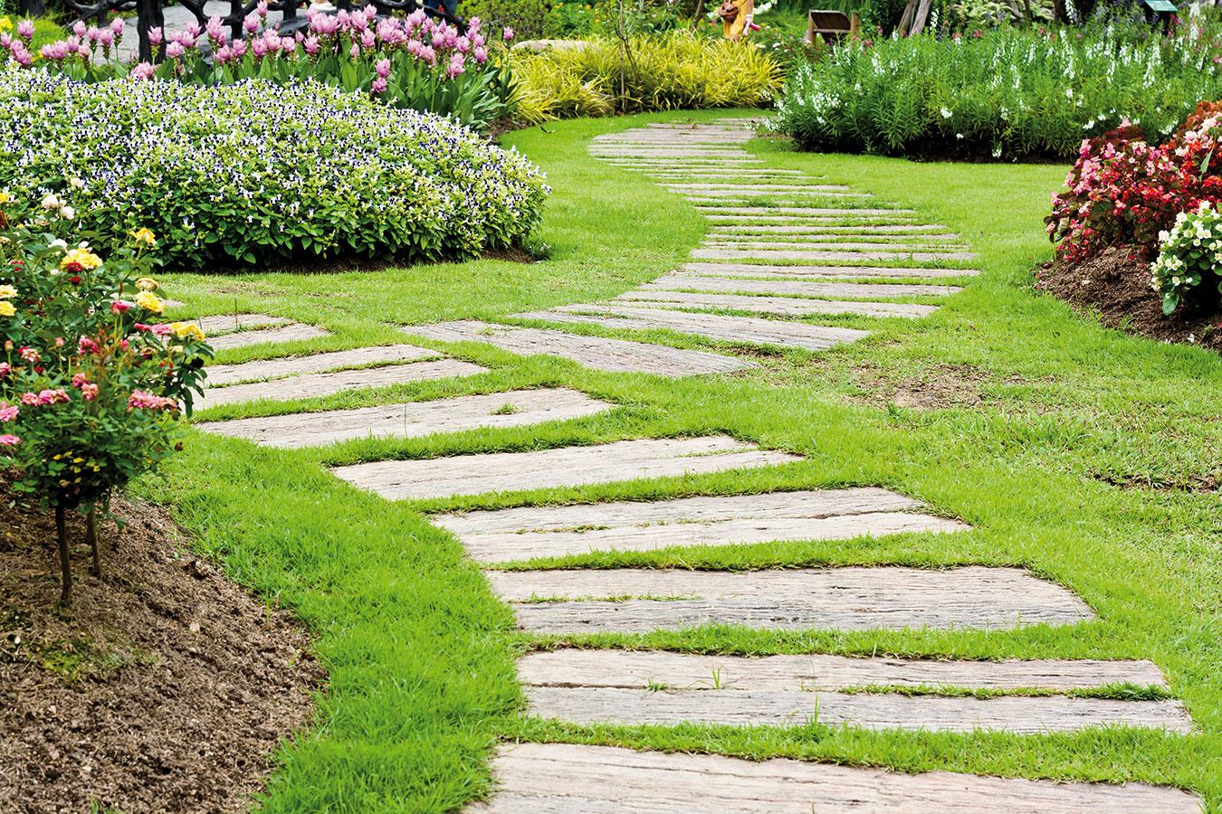 Správny tvar Viesť chodník naprieč záhradou je tým najhorším riešením. Naopak, ak sa bude záhradou vinúť avytvárať zákruty, získa na atraktivite. Samozrejme, všetkého veľa škodí – aj zákrut. Inak namiesto relaxu môžeme vyvolať pocit chaosu anepokoja. Netreba tiež zabúdať ani na správnu šírku chodníkov (užšie môžu mať do 1 m).