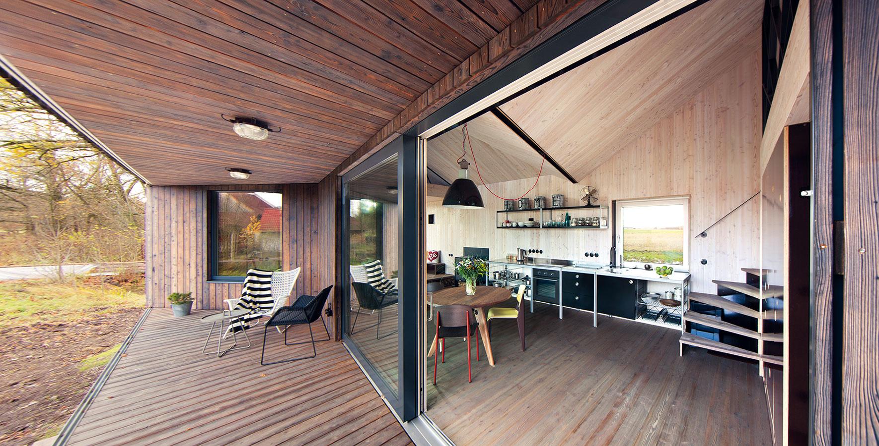 Vo vnútri, a predsa vonku – tak sa môžu cítiť obyvatelia modernej verzie tradičnej českej chalupy. Terasu možno pri nepriaznivom počasí zavrieť posuvnými okenicami z drevenej palubovky, prípadne stavbu takto zabezpečiť pri odchode.