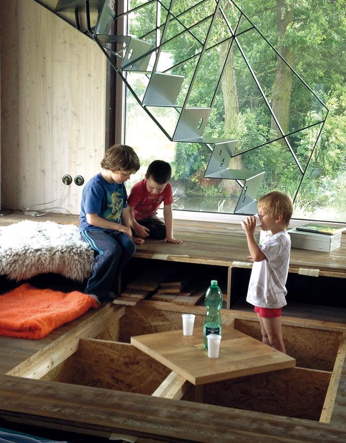 Raj pre deti. S nedostatkom úložných priestorov si architektka poradila šikovne. Vytvorila ich v dutinách pódií, ktoré sa zatvárajú pomocou drevených poklopov. Kým sa zaplnia vecami, budú robiť radosť predovšetkým synovi majiteľov a jeho kamarátom. Viete si predstaviť lepšie miesto na hranie?