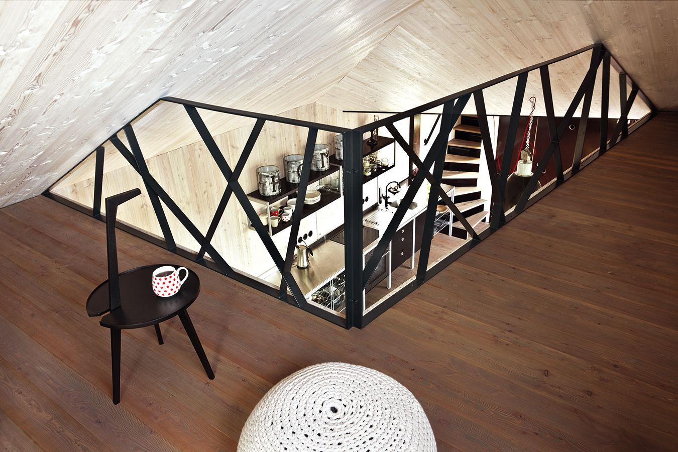 Klenutý strop vytvára v interiéri nenápadný predel a posilňuje dojem súkromia obyvateľov protiľahlých galérií. Napriek tomu však členovia rodiny aj prípadní hostia zostávajú v prevažne otvorenom interiéri spolu.