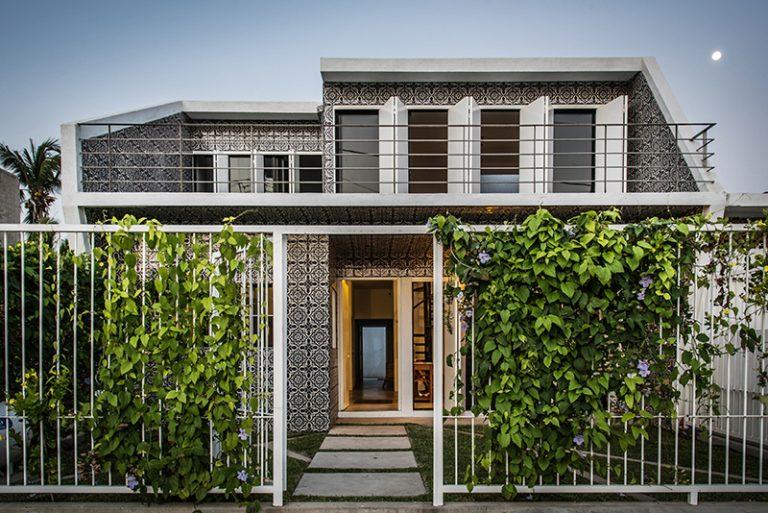Dlaždice s ľudovým vzorom ako fasáda, v interiéri drevo a surový betón