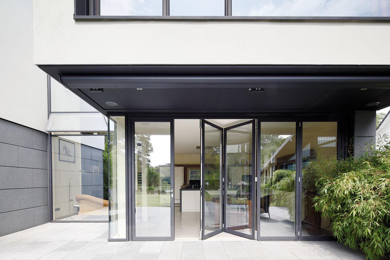 Skladacie dvere umožňujú úplne otvoriť denný priestor aprepojiť jedáleň svonkajšou terasou. Kfiligránskym detailom patrí celosklenené vyhotovenie rohov.