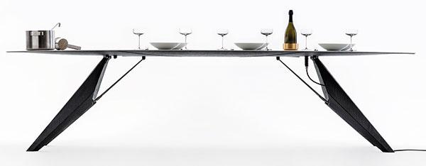 Inovatívne riešenia  neobchádzajú ani svet kuchýň. Dizajnéri Clemens Weisshaar aReed Kram predstavili inteligentný stôl SmartSlab, ktorého vrchná vrstva je vyrobená zprakticky nezničiteľného materiálu SapienStone. Jedálenský stôl snaozaj tenkou doskou umožňuje zohriatie tanierov hostí na odporúčanú teplotu, vychladenie fliaš, ale aj tepelnú prípravu jedla priamo na svojom povrchu.