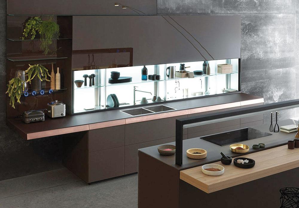 Dôraz na maximálne využitie priestoru bol spájacím elementom takmer celej výstavy. Značka Valcucine tu prezentovala systém Air Logica, ktorého hlavným cieľom je maximálne využiť priestor za drezom – dômyselný úložný systém spodsvietením ponúka variabilné riešenia do každej kuchyne so špeciálnymi prvkami na uskladnenie rozmanitých nevyhnutností.