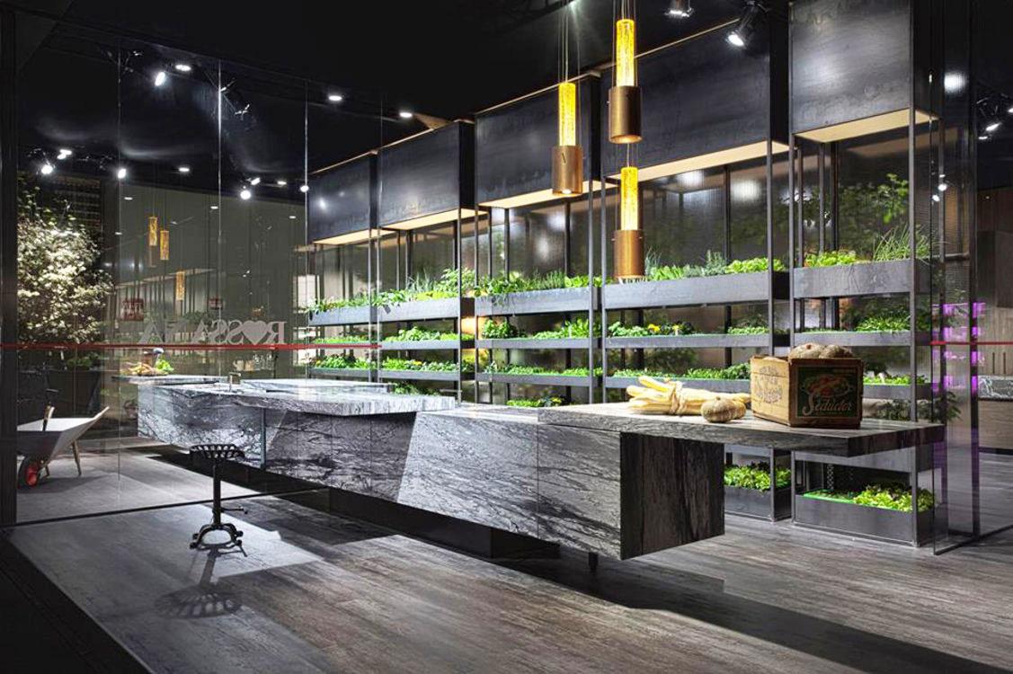 Záhrada vkuchyni. Značka Rosanna ukázala na Salone del Mobile vrámci nových interiérových aexteriérových kuchýň K-IN aK-OUT unikátny systém, ktorý umožňuje pestovanie zeleniny aj vprostredí vášho domova. Popri ňom predstavila aj variabilné kuchynské ostrovy, ktorých vrchnú dosku možno pri nečinnosti šikovne zasunúť.