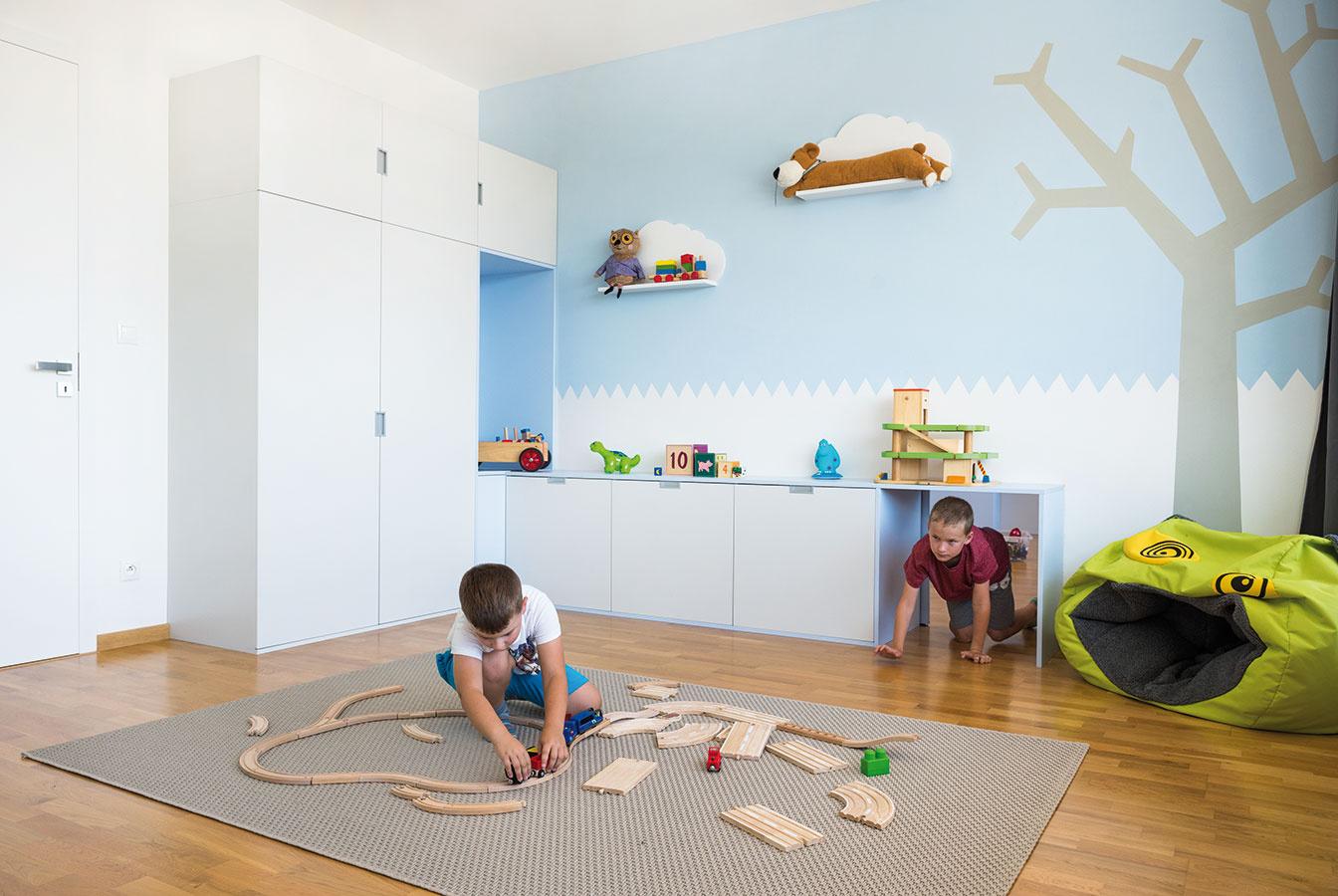 Obe detské izby sa nesú vrovnakom duchu, možno vnich však badať isté rozdiely. Kým vizbe mladšieho syna sú na stene poličky vtvare obláčikov, ustaršieho zase nájdete sympatické domčeky.