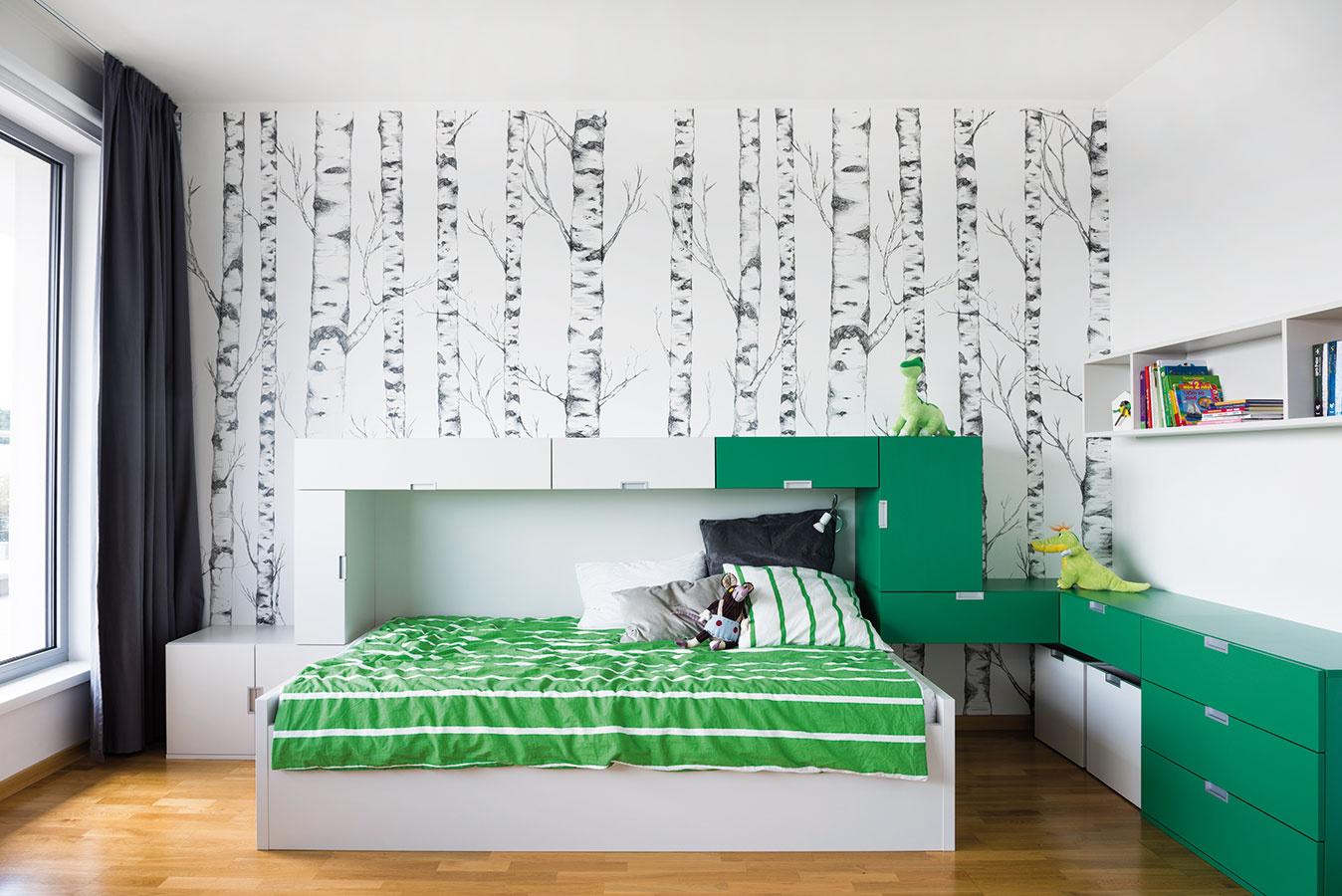 Postele voboch izbách majú štedrú šírku 140 cm, aby mohli deti vprípade, že chcú, spať aj spolu, prípadne srodičmi. Pôvodne sa uvažovalo oposteliach so šírkou 90 cm aoprístelke zabudovanej do postele.