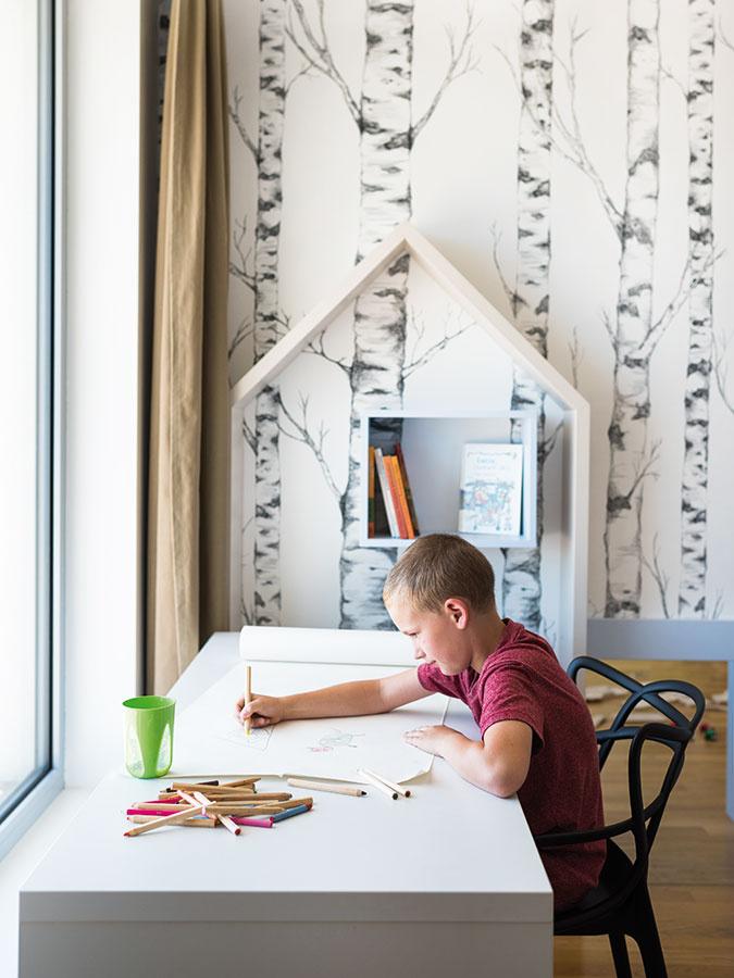 Starší syn čochvíľa nastupuje do školy, atak už do jeho izby architektky navrhli štandardný pracovný stôl, ktorý mu bude slúžiť dlhé roky.