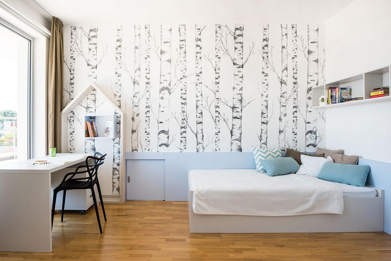 Starší Adamko je podľa slov majiteľky pomerne divoký. Preto sa vjeho izbe použila biela asvetlomodrá farebnosť nábytku doplnená svetlou drevenou podlahou, čo by malo pôsobiť upokojujúco.