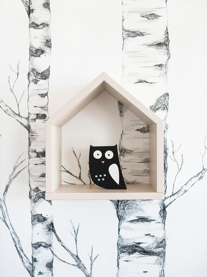 Domčeky na stene vizbe staršieho syna majú pripomínať búdky pre zvieratká. Vkombinácii stapetou stromov tak táto stena evokuje les.