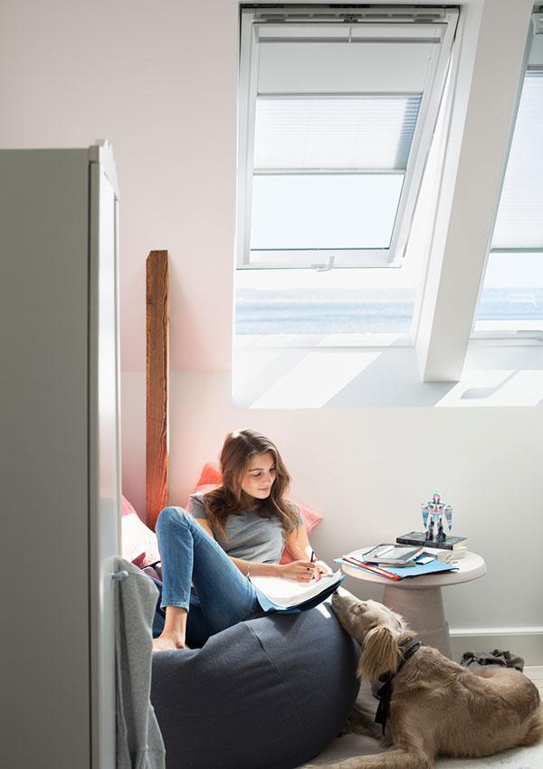 Strešné okná prinesú do priestorov pod strechou viac denného svetla ako fasádne okná, či vikier.