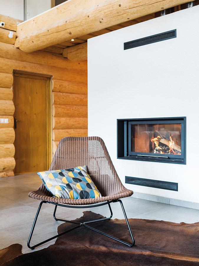 Teplo zdreva. Zveľkého centrálne umiestneného teplovzdušného kozuba sa rozvádza teplo do všetkých miestností.