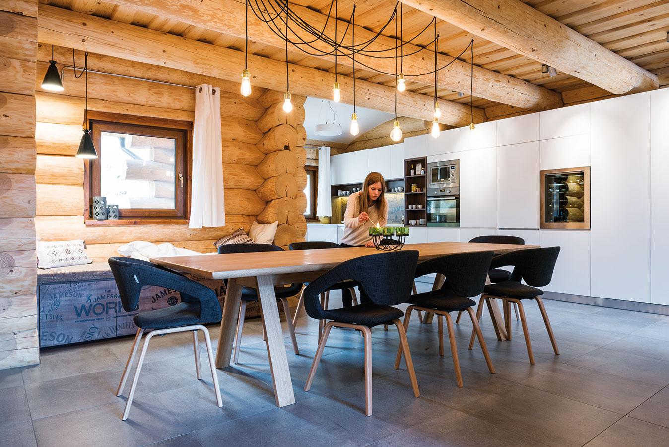 Kuchyňa ajedáleň si oproti pôvodne navrhnutej dispozícii vymenili miesto. Jedáleň tak získala viac priestoru aj príjemnejšiu polohu vblízkosti kozuba.