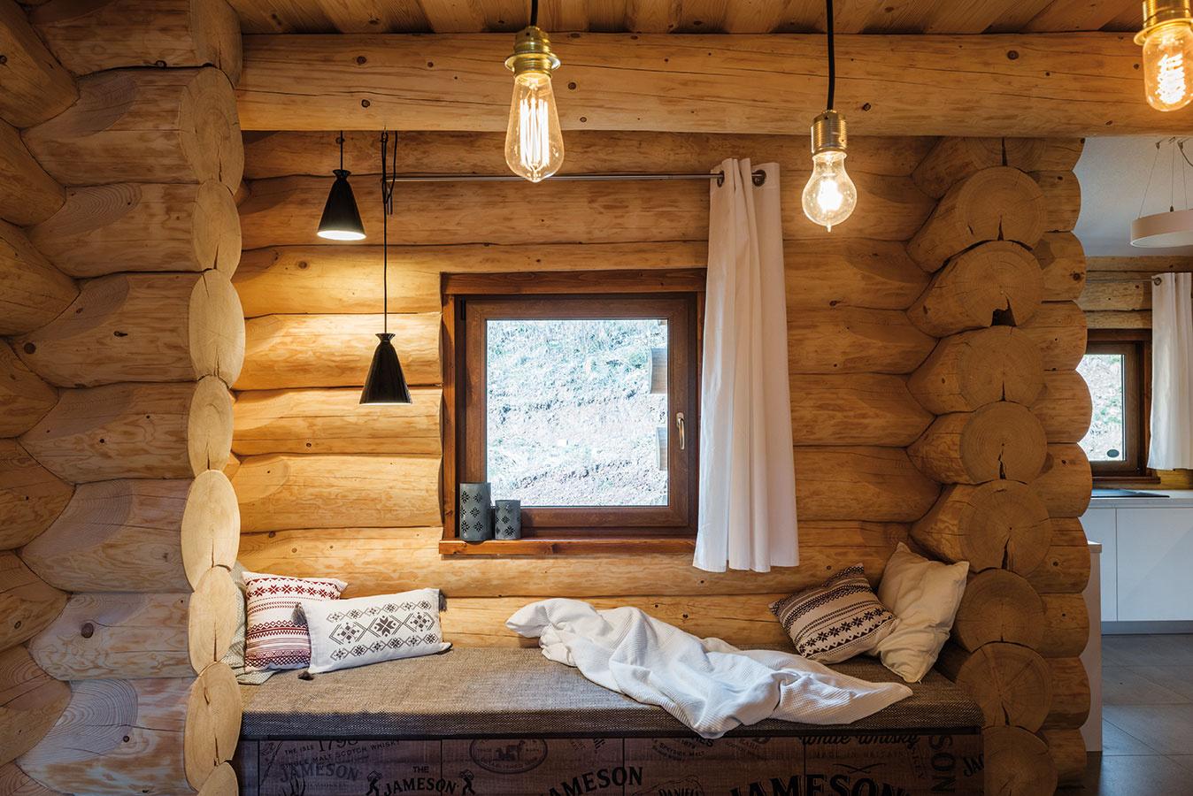 Lavica pod oknom vjedálni je odkazom na slovenské tradície. Slúži na oddych, čítanie, ale aj na príležitostné prespanie (periny sú skryté vo vnútri).