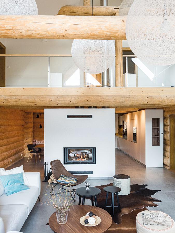 Spoločenský priestor je vobývacej časti otvorený cez dve podlažia. Impozantnú výšku využili architekti na pôsobivú kompozíciu svietidiel.